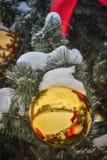 Sfera di natale sull'albero di Natale fotografia stock