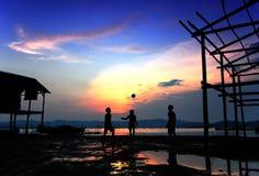 Sfera di spiaggia di tramonto Immagine Stock