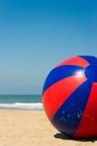 Sfera di spiaggia gigante gonfiabile Fotografia Stock