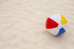 sfera di spiaggia nella sabbia Fotografie Stock