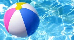 Sfera di spiaggia nello scrutinio di nuoto Immagine Stock Libera da Diritti