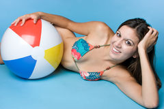 Sfera di spiaggia teenager fotografie stock libere da diritti