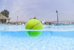 Sfera di tennis che galleggia nel raggruppamento Immagini Stock Libere da Diritti