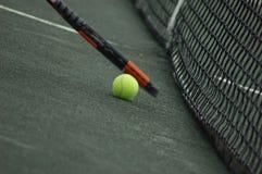 Sfera di tennis e racchetta di tennis Fotografia Stock