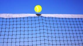 Sfera di tennis e rete di tennis Immagini Stock Libere da Diritti