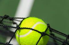 Sfera di tennis nella rete Immagine Stock Libera da Diritti
