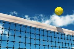 Sfera di tennis sopra rete Fotografia Stock