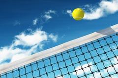 Sfera di tennis sopra rete Fotografie Stock Libere da Diritti
