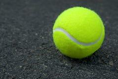 Sfera di tennis su pavimentazione Fotografie Stock Libere da Diritti