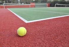 Sfera di tennis su una corte Fotografie Stock