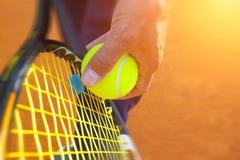 Sfera di tennis su una corte di tennis Fotografia Stock