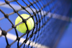 Sfera di tennis su una corte di tennis Immagini Stock