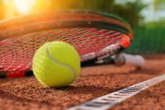Sfera di tennis su una corte di tennis Immagine Stock