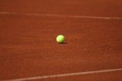 Sfera di tennis sulla corte Fotografia Stock Libera da Diritti