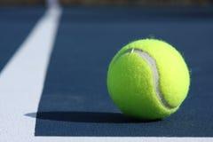 Sfera di tennis sulla corte Immagini Stock Libere da Diritti