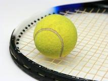 Sfera di tennis sulla racchetta Fotografie Stock Libere da Diritti