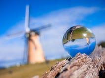 Sfera di vetro con Amelup Lily Dutch Windmill in Australia fotografia stock libera da diritti