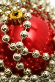 Sfera di vetro rossa per un pelliccia-albero del nuovo anno Fotografie Stock