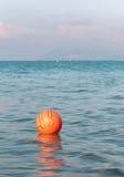 Sfera di Waterpolo che galleggia nelle acque di mare Immagine Stock Libera da Diritti