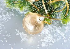 Sfera dorata di natale con la filiale dell'albero di Natale Fotografie Stock Libere da Diritti