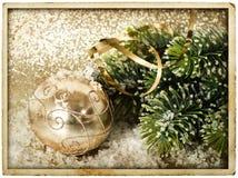 Sfera dorata di natale con la filiale dell'albero di Natale Immagini Stock