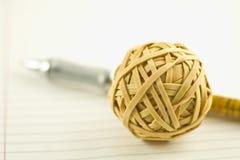 Sfera e penna di Rubberband Fotografia Stock