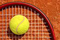 Sfera e racchetta di tennis Immagini Stock Libere da Diritti