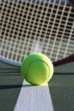 Sfera e racchetta di tennis Immagini Stock