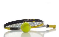 Sfera e racchetta di tennis Fotografia Stock