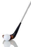 Sfera e randello di golf bianchi su bianco riflettente Fotografie Stock