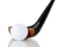 Sfera e randello di golf bianchi su riflettente Immagine Stock Libera da Diritti