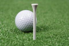 Sfera e T di golf Immagini Stock