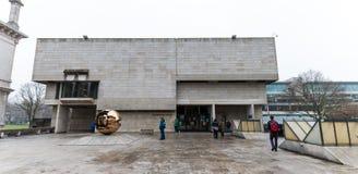 Sfera lurar Sfera skulptur utanför Berkeley Library på Treenighethögskolan som brett är ansedd för att vara det mest prestigefull Royaltyfria Foton
