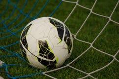 Sfera nella rete Calcio immagini stock
