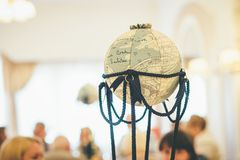 Sfera per il viaggio nella decorazione di nozze fotografie stock libere da diritti