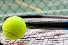 Sfera, racchette e corte di tennis Fotografia Stock