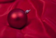 Sfera rossa, ornamenti dell'albero di Natale Fotografie Stock Libere da Diritti