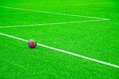 Sfera su un passo di gioco del calcio con le bande bianche fotografia stock