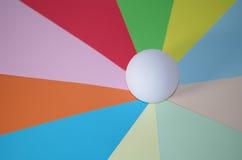 Sfera sull'fette di colori Fotografia Stock