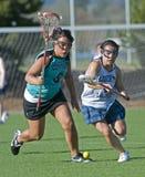 Sfera a terra di Lacrosse delle ragazze Fotografie Stock Libere da Diritti