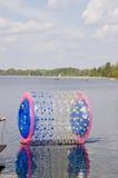 Sfera zorbing vuota sull'acqua del lago Fotografia Stock Libera da Diritti