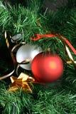 Sfere che pendono dall'albero di Natale Fotografia Stock