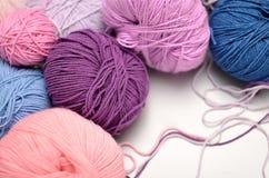 Sfere colorate di filato Tonalità di viola, porpora, cremisi, blu Immagine Stock Libera da Diritti