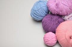 Sfere colorate di filato Vista superiore Tonalità di viola, porpora, crim Fotografie Stock Libere da Diritti