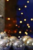 Sfere d'argento di natale con gli indicatori luminosi Fotografia Stock