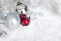 Sfere d'argento di natale in neve Immagine Stock