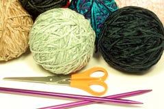 Sfere degli aghi di lavoro a maglia e del filato Immagini Stock