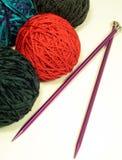 Sfere degli aghi di lavoro a maglia e del filato Fotografia Stock Libera da Diritti
