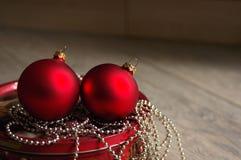 Sfere dei giocattoli del nuovo anno rosso su gioielli brillanti luminosi Immagini Stock Libere da Diritti
