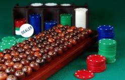 sfere di bingo e pila di chip di mazza Fotografie Stock